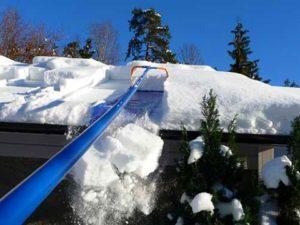 Чистим снег на теплице